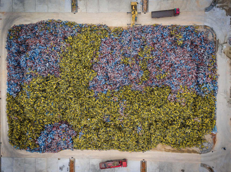 Nhìn từ trên cao, những bãi rác xe đạp tạo thành bức tranh ấn tượng, đầy màu sắc. Ảnh: Guardian.