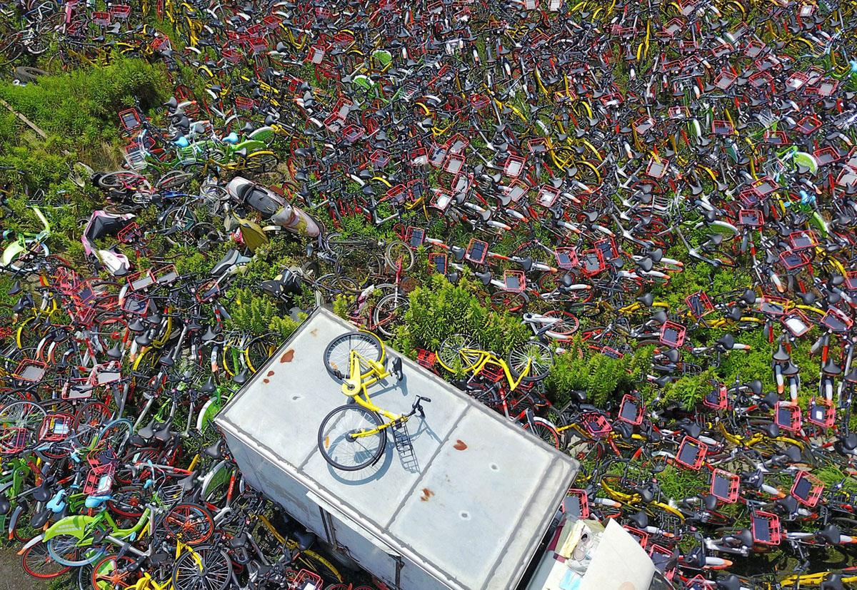 Tuy nhiên đó là những bãi chứa xe chưa khai thác. Với những bãi thu gom xe đã sử dụng, nhìn gần thì chúng đích thực là những bãi rác. Trong hình là một sân bóng đã bị biến thành bãi chứa xe đạp vứt trên vỉa hè tại thành phố Hợp Phì, tỉnh An Huy. Ảnh: Getty.