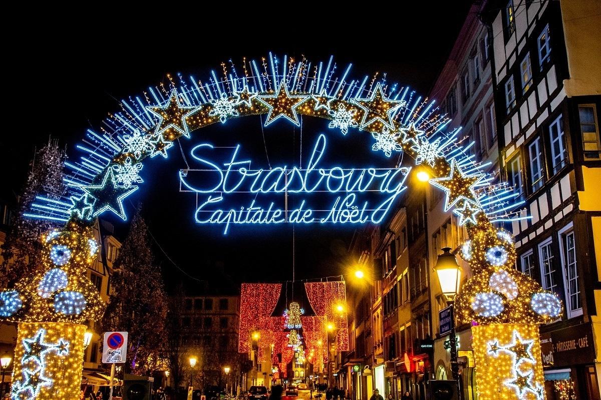Nhung cho Giang sinh doc dao o chau Au hinh anh 6 Strasbourg-Capitale-de-Noel-lights-arch-France-Christmas-Market.jpg