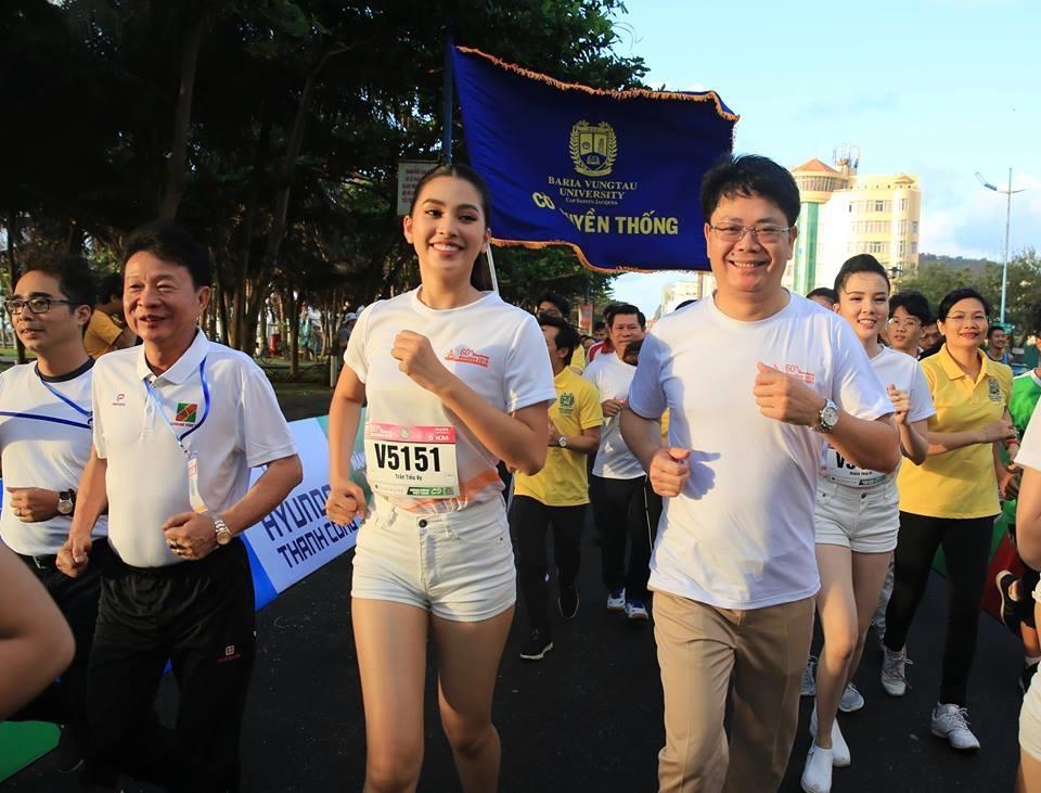 Hoa hau Tieu Vy rang ngoi tren duong chay giai Tien Phong Marathon hinh anh 3
