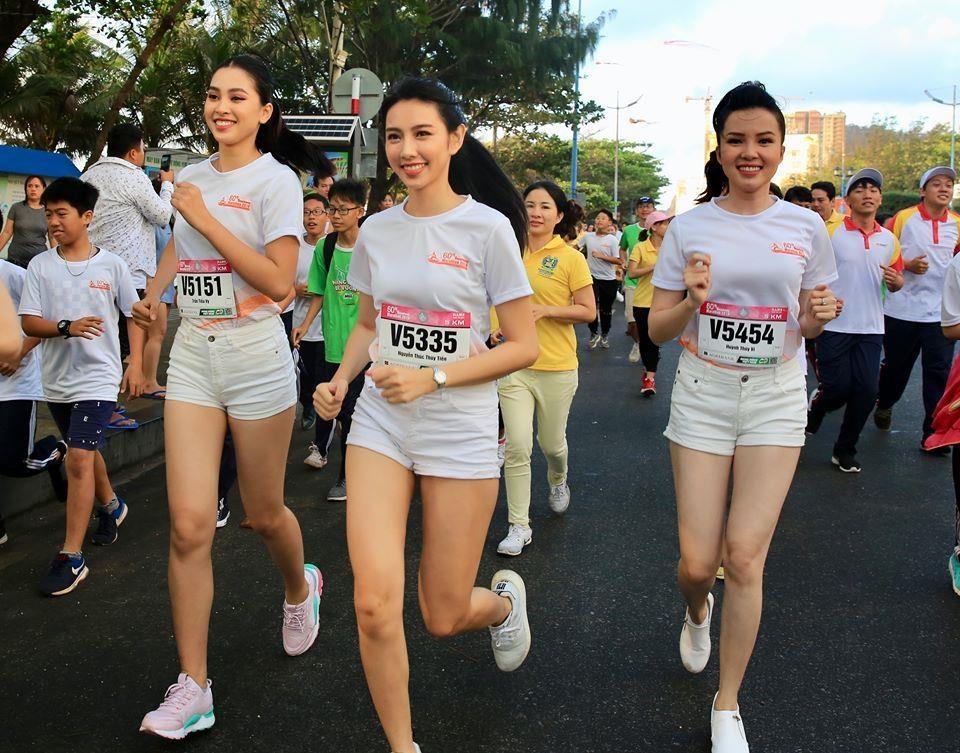 Hoa hau Tieu Vy rang ngoi tren duong chay giai Tien Phong Marathon hinh anh 6