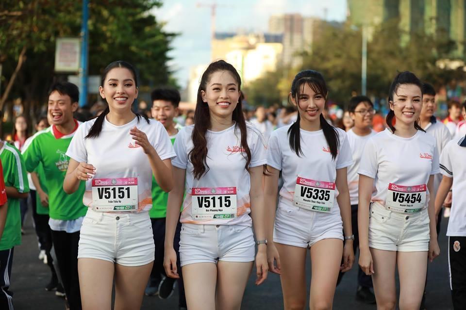 Hoa hau Tieu Vy rang ngoi tren duong chay giai Tien Phong Marathon hinh anh 4