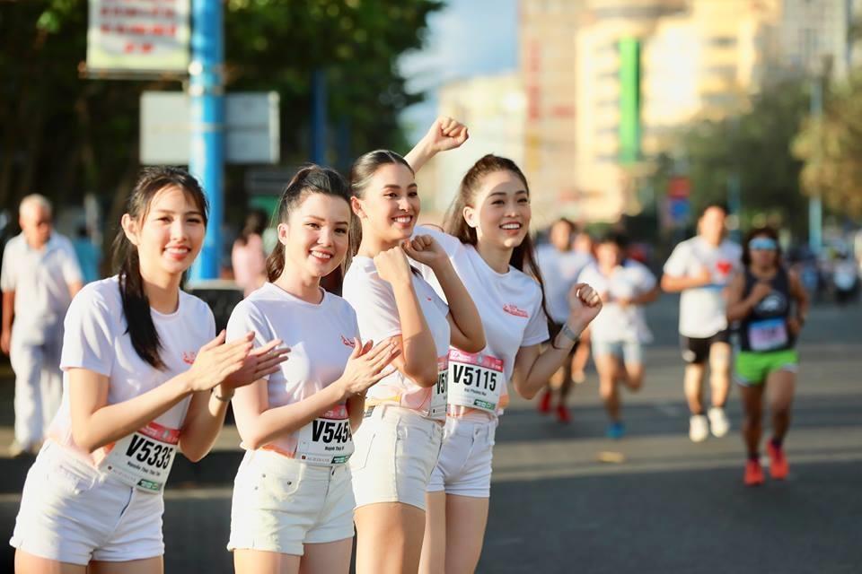 Hoa hau Tieu Vy rang ngoi tren duong chay giai Tien Phong Marathon hinh anh 7