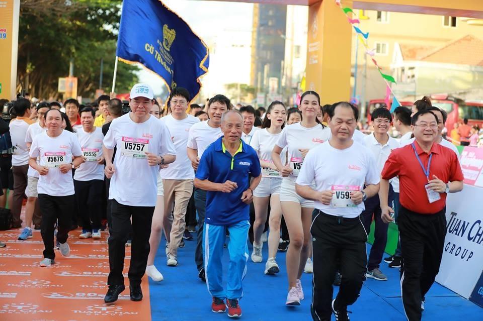 Hoa hau Tieu Vy rang ngoi tren duong chay giai Tien Phong Marathon hinh anh 1