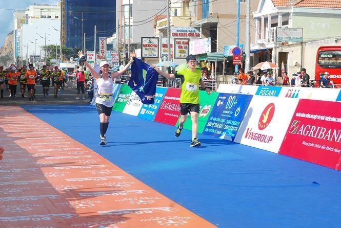 Hoa hau Tieu Vy rang ngoi tren duong chay giai Tien Phong Marathon hinh anh 10