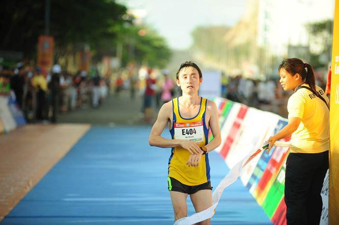 Hoa hau Tieu Vy rang ngoi tren duong chay giai Tien Phong Marathon hinh anh 8