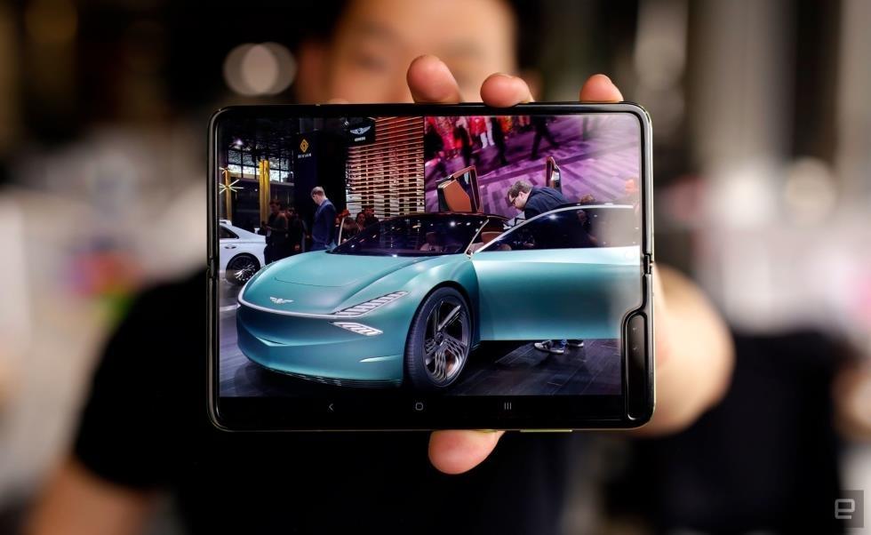 Smartphone màn hình gập mang đến trải nghiệm mới. Ảnh: Engadget.