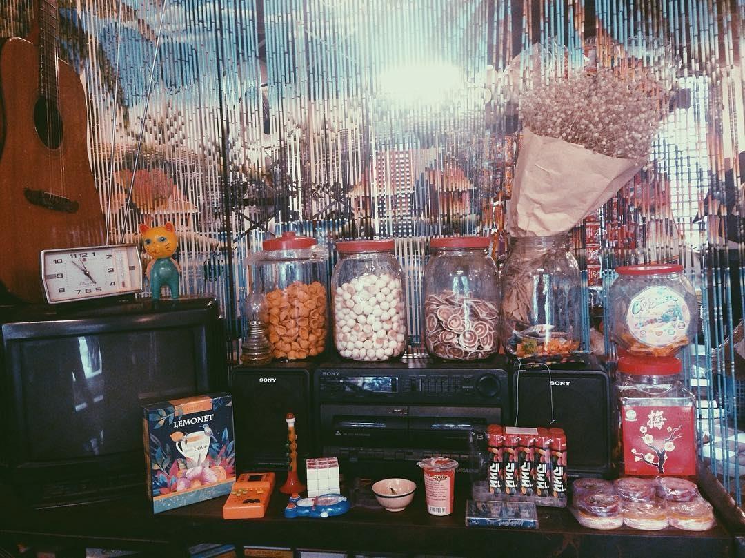 Sài Gòn xưa hiện lên từ những vật dụng kỷ niệm,đến những bộ bàn ghế cũ kỹ, điện thoại bàn, vô tuyến, những poster kẻ chữ in mang đậm dấu ấn những 90 của thế kỷ trước. Đồ uống ở đây rất đa dạng và có giá phải chăng, giá trung bình chỉ 20.000 đồng. Ảnh: