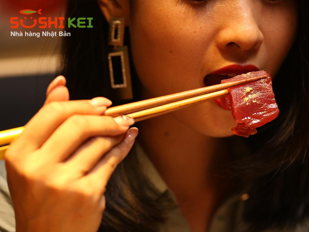 Thuong thuc sashimi che bien tu ca ngu dai duong nang 100 kg hinh anh 3