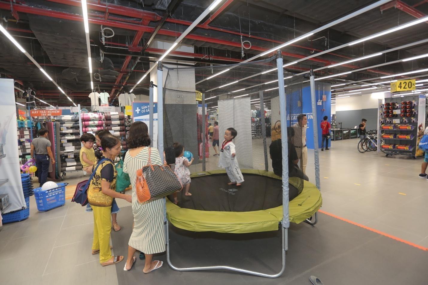 Ben trong cua hang the thao Phap rong 4.300 m2 tai Ha Noi hinh anh 10