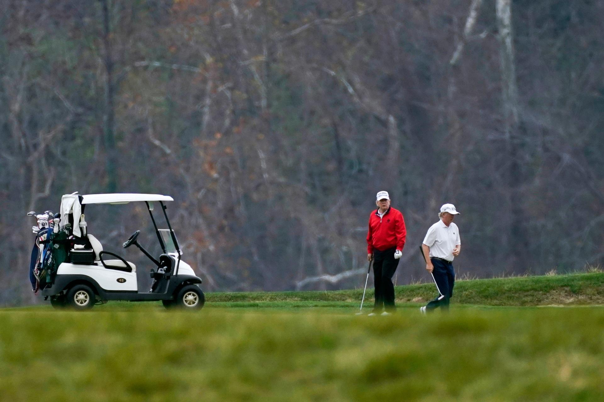 Tong thong Trump di danh golf giua phien hop anh 1