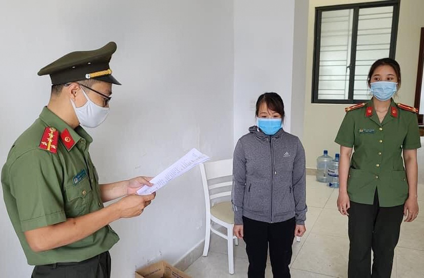 Nu giam doc to chuc cho nguoi Trung Quoc nhap canh trai phep anh 1