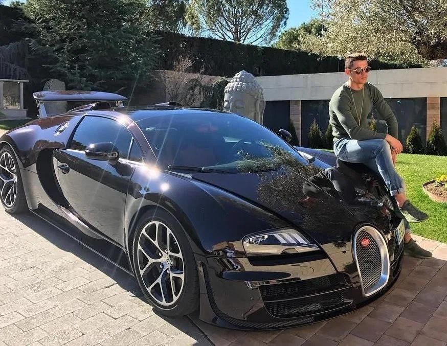 Ronaldo lai Lamborghini Urus tai Manchester anh 9