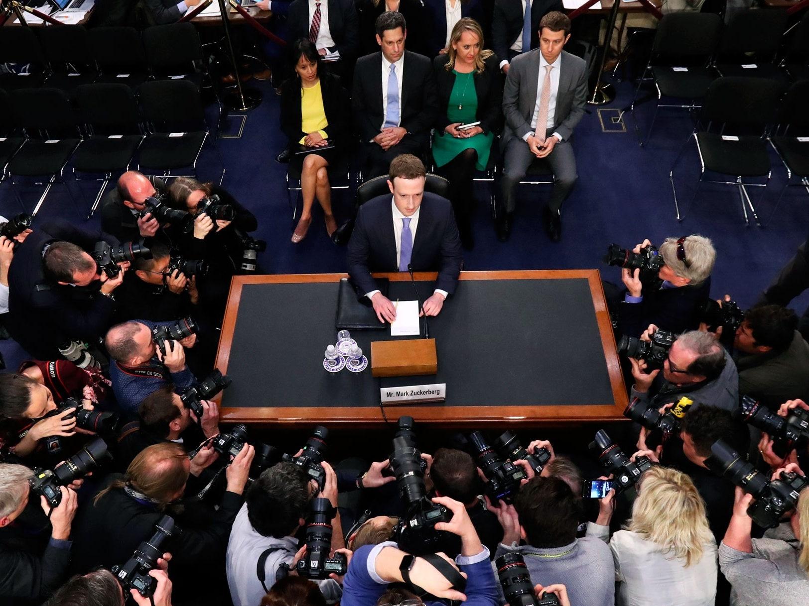 Mark Zuckerberg muon tao ra vu tru ao anh 4
