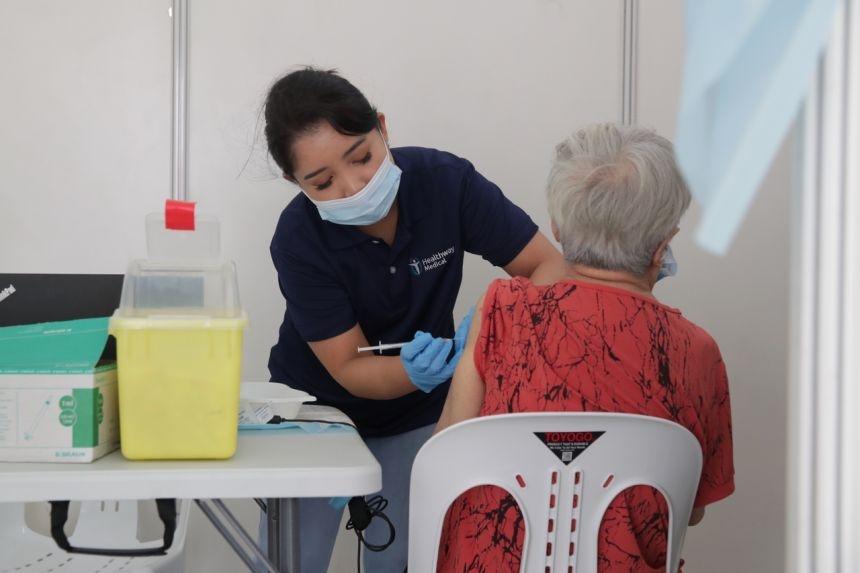 Singapore tiem mui vaccine tang cuong anh 1