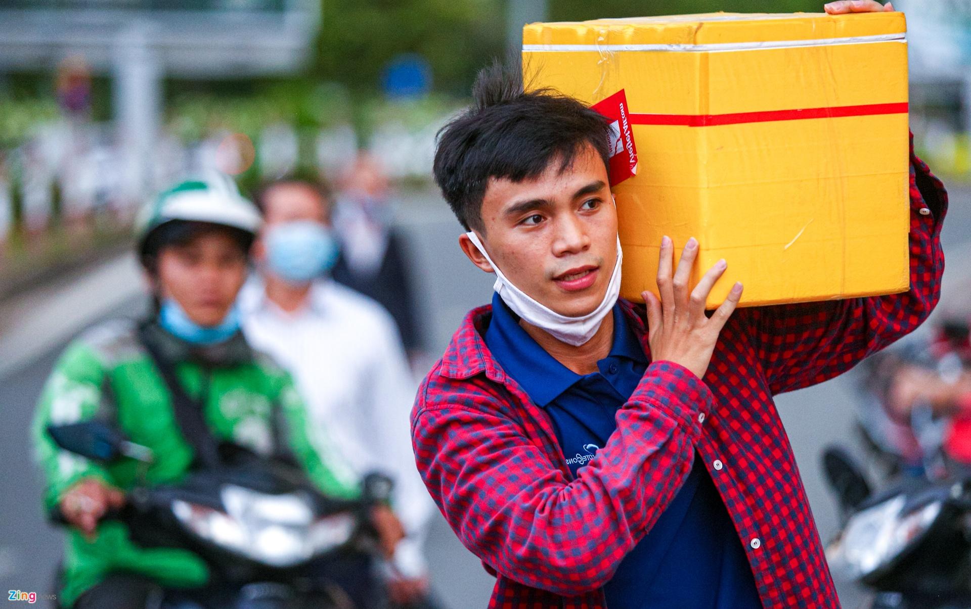 Khach doi nang don xe cong nghe o san bay Tan Son Nhat anh 8