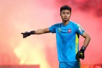 Bui Tien Dung lang le nhin Van Toan can penalty giua bien phao sang hinh anh