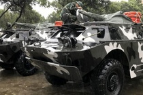 Quan doi dieu xe loi nuoc BTR 152 ung pho bao so 9 hinh anh
