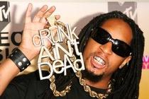 Rapper Lil Jon bi cau luu o Tan Son Nhat vi mang qua nhieu vang hinh anh