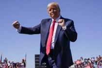 Phe ong Trump chi tieu lang phi gan 1 ty USD dan toi 'can tien' hinh anh