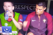Ronaldo dam 'yeu', dong doi dang uong nuoc bi giat minh hinh anh