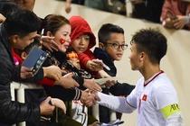 Quang Hai den nam tay me sau khi thang U23 Indonesia hinh anh