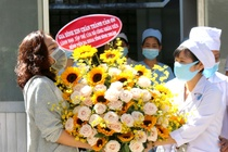 Benh nhan so 34 o Binh Thuan tang hoa, cam on bac si khi xuat vien hinh anh