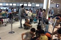 Vietnam Airlines tre chuyen, khach bi ket mot ngay tai san bay Phap hinh anh