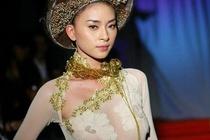 Chi trich ca si My, Ngo Thanh Van bi nhac vu mac ao dai khong noi y hinh anh