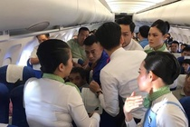 Bac si cuu nu hanh khach co giat, can luoi tren may bay Bamboo Airways hinh anh