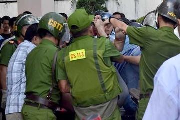 Cảnh sát khống chế kẻ cầm kiếm chém ôtô - Pháp luật