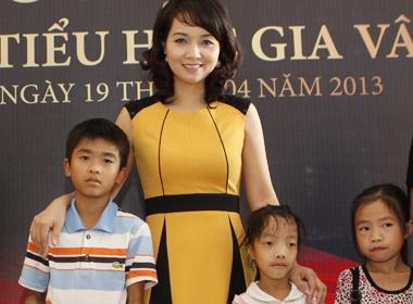 Mai ThuHuyen trao hoc bong cho tre ngheo Ninh Binh hinh anh