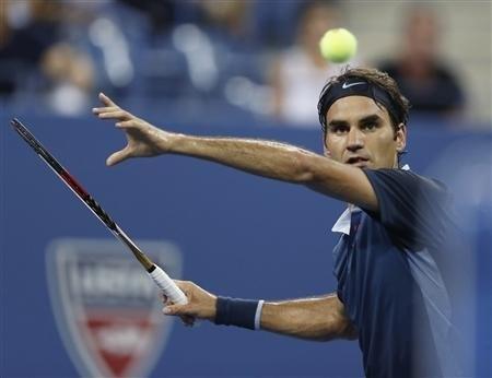 Federer nghien nat doi thu, 'may giao bong' ngung buoc hinh anh