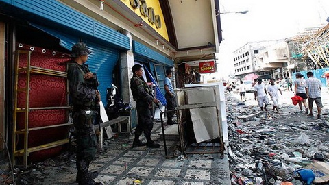Philippines dua xe thiet giap den Tacloban hinh anh