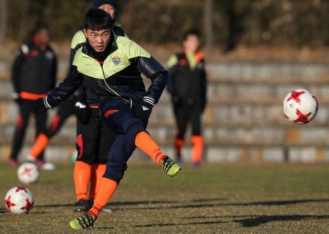 CLB Gangwon map mo chan thuong cua Xuan Truong hinh anh