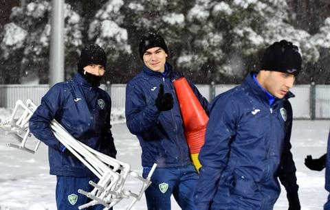 U23 Uzbekistan hao hung tap duoi tuyet, Viet Nam ren quan trong nha hinh anh 6