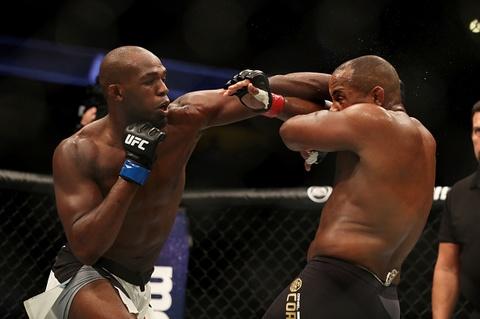 Tran dau nhieu cam xuc giua Daniel Cormier va Jon Jones tai UFC 214 hinh anh
