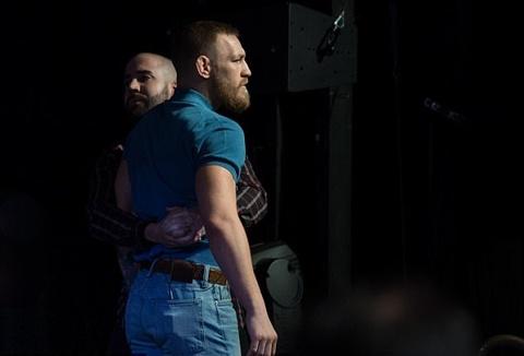 Conor McGregor bi kien vi vu 'chai nuoc bay' hinh anh