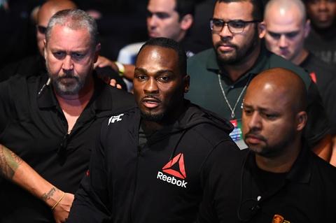 UFC FN 119: Tro lai sau 2 nam, nha cuu vo dich bi dam guc chong vanh hinh anh 3