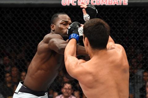 UFC FN 119: Tro lai sau 2 nam, nha cuu vo dich bi dam guc chong vanh hinh anh 5