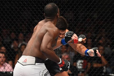 UFC FN 119: Tro lai sau 2 nam, nha cuu vo dich bi dam guc chong vanh hinh anh 6