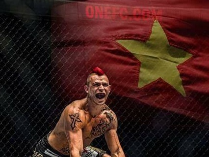 Vo si Phap gio cao quoc ky Viet Nam sau chien thang an tuong o ONE FC hinh anh