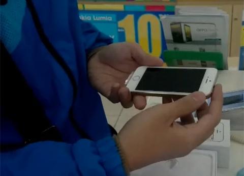 Clip khach hang mo hop iPhone 5S chinh hang tai Ha Noi hinh anh
