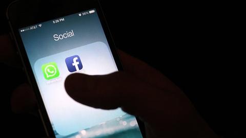 Sep Facebook de y WhatsApp tu khi nao? hinh anh