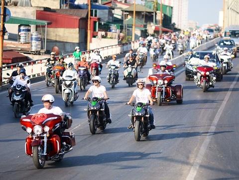 Kawasaki Z1000 va dan moto khung rong ran di ruoc dau hinh anh