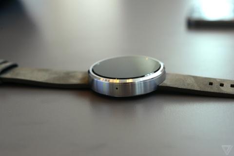 Anh thuc te Moto 360 - smartwatch dep nhat the gioi hinh anh