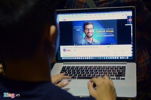 Mot gio cua CEO Google voi gioi khoi nghiep Ha Noi hinh anh 1 Buổi gặp gỡ của CEO Google Sundar Pichai với giới khởi nghiệp trong nước bắt đầu lúc 3h chiều 22/12 nhưng công tác chuẩn bị diễn ra nhiều giờ trước đó. Ban tổ chức tiến hành phát live streaming buổi nói chuyện này trên YouTube.
