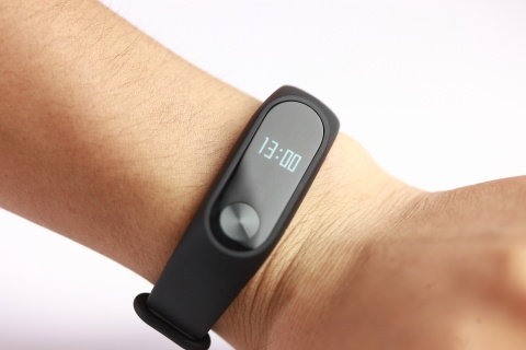 xiaomi mi band 2 ve nuoc hinh anh