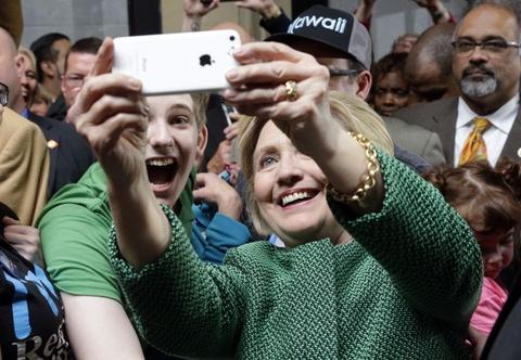 Dang sau buc anh gioi tre quay lung voi ba Hillary hinh anh