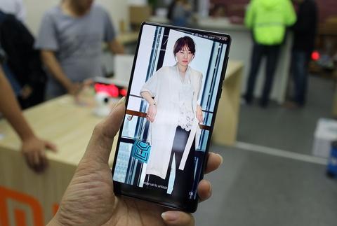 Xiaomi Mi Mix ve VN: Xung danh di dong cua tuong lai hinh anh 6